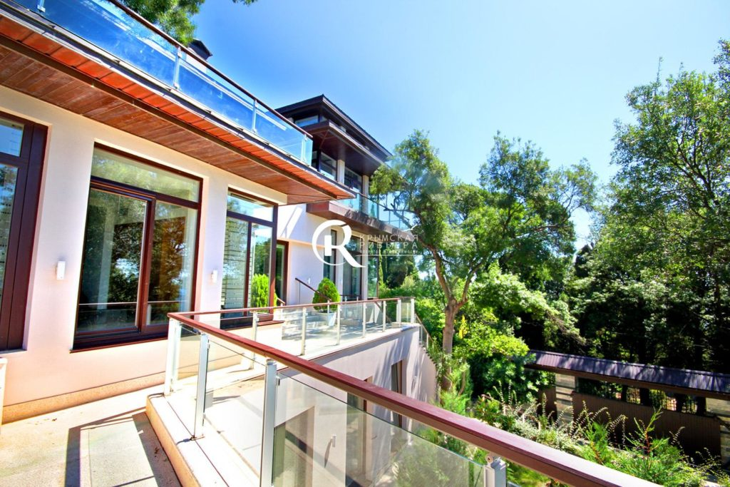 villa riva gay personals The new bella villa holiday apartments is in the town centre of riva del garda, in a very central yet quiet area, only few steps away from the lake, historical centre, sailing club, congress building, harbour and about 250 m far from the beach.